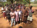 o. Marek Warzecha z dziećmi z Kakooge
