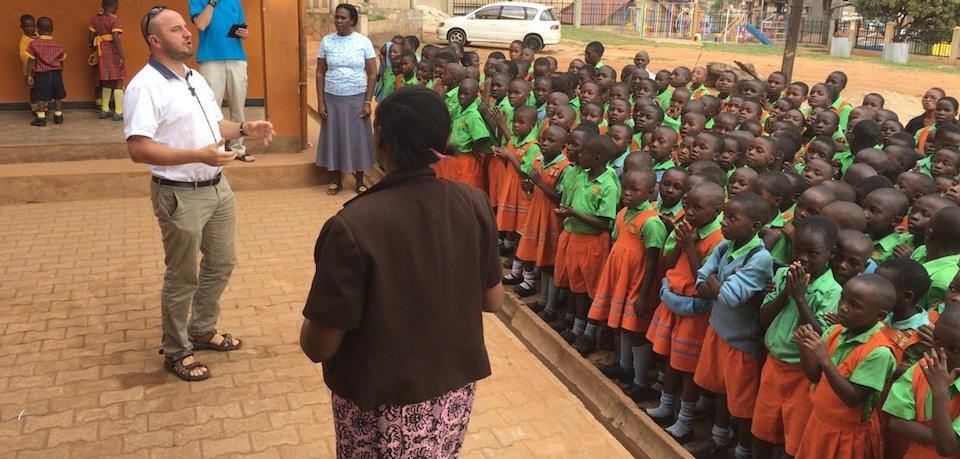 Dzieci gotowe na przywitanie gości