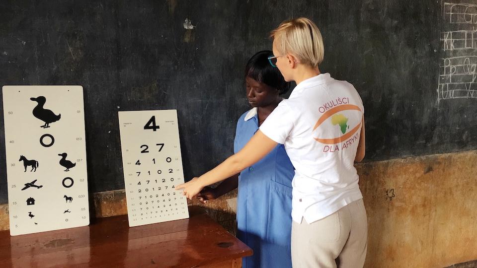 Szkolenie miejscowej pielęgniarki z podstaw okulistyki.