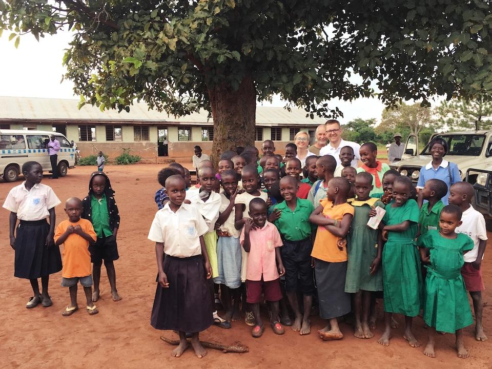 Wspólne zdjęcie okulistów z dziećmi w Mitanzi.