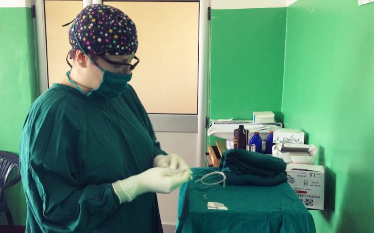 Dr Renata podczas przygotowań do zabiegu.