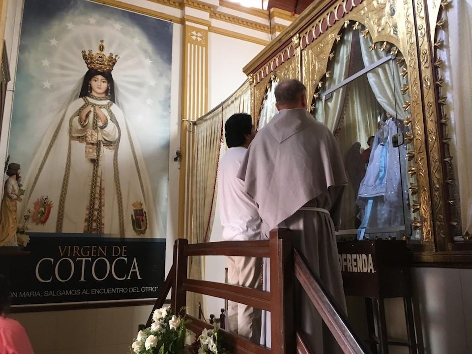 modlitwa przed figurą w Cotoca