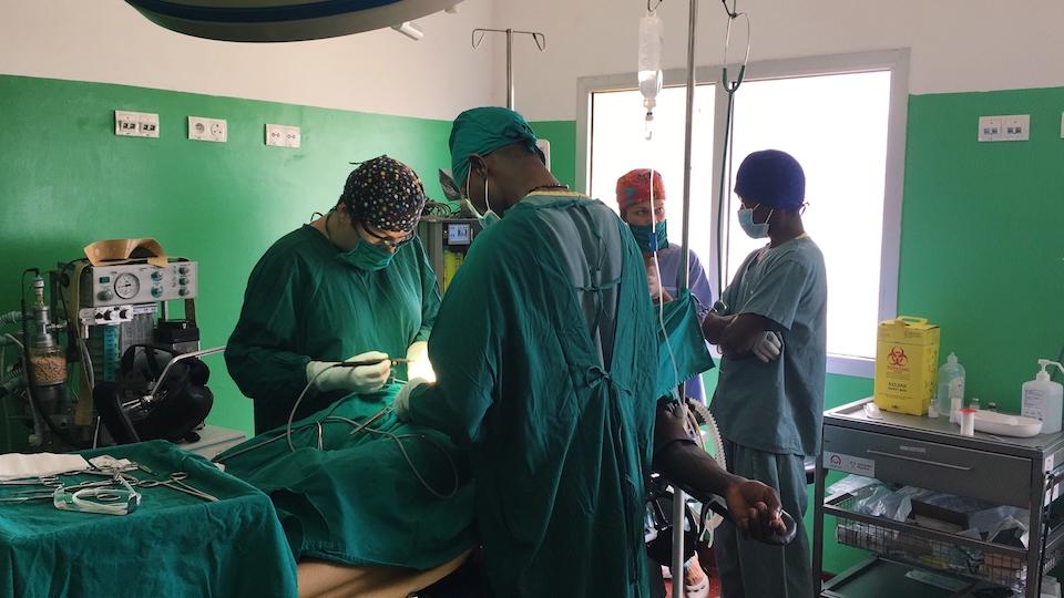 Zabiegu chirurgiczne odbywały się przy udziale miejscowego personelu.