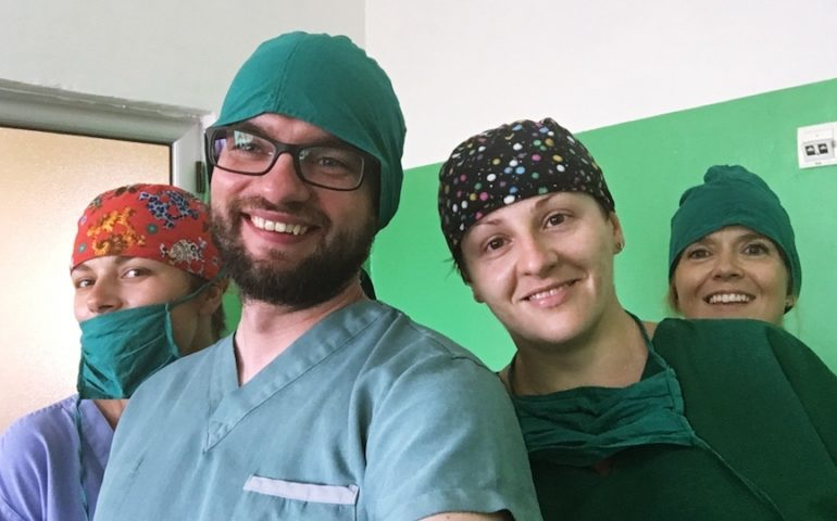 Wspólne selfie o. Piotra z prezes Ewą Piekarską (pierwsza z prawej), dr Renatą Popik (druga z prawej) i Olgą Stańkowską (pierwsza z lewej).