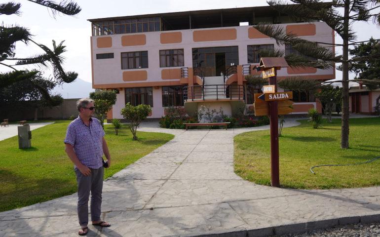 """o. Prowincjał przed domem rekolekcyjnym """"Paz y Bien"""""""