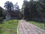 szpital otoczony zielenią